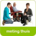 Fysiotherapeut zorg voor de meting bij sta-op stoel huren