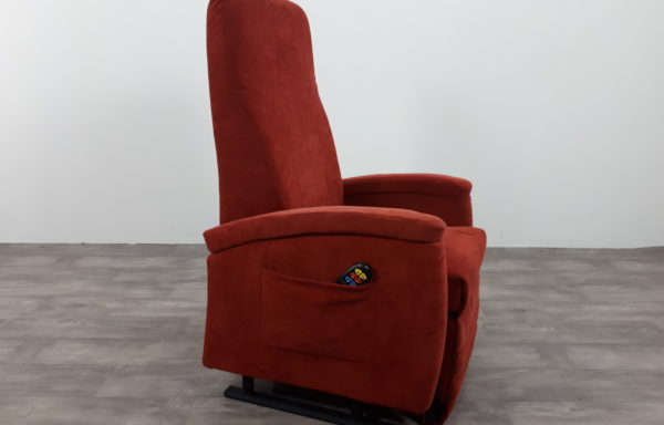 #203 – Sta-op stoel 570 rood. € 45,- per maand