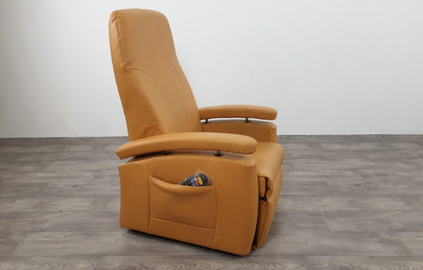 #525 – Sta-op stoel 570 oranje – geel smal. € 45,- per maand.
