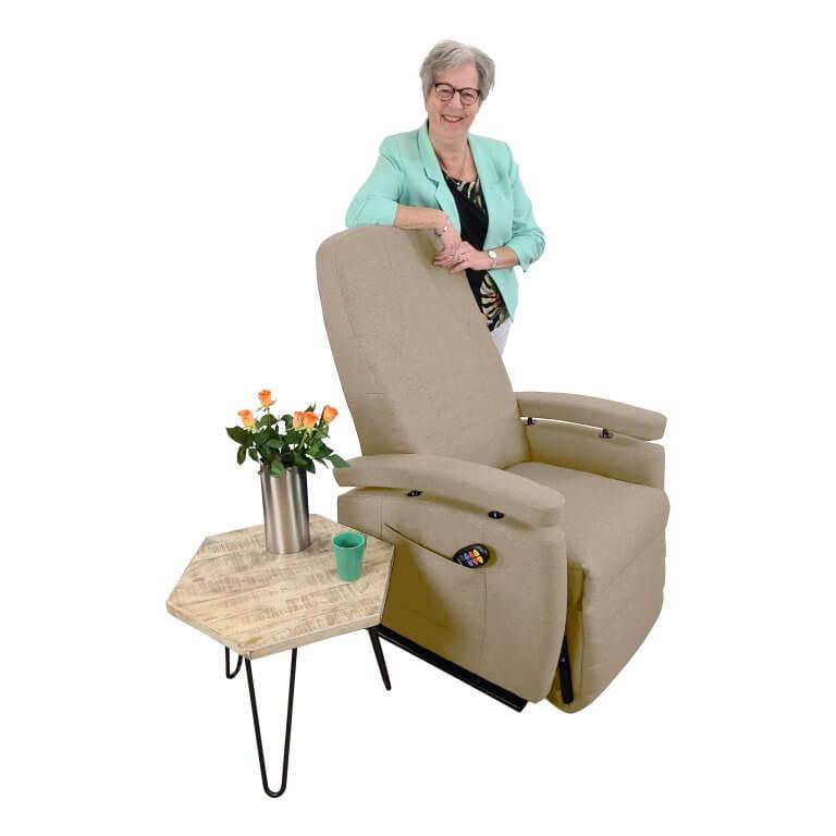 Marja staand achter stoel beige