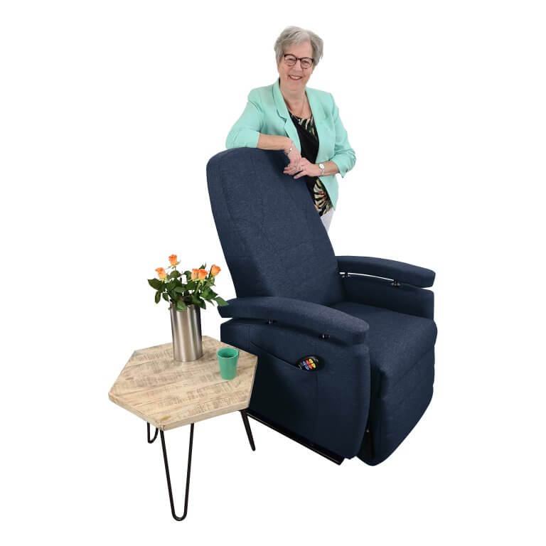 Marja staand achter stoel blauw