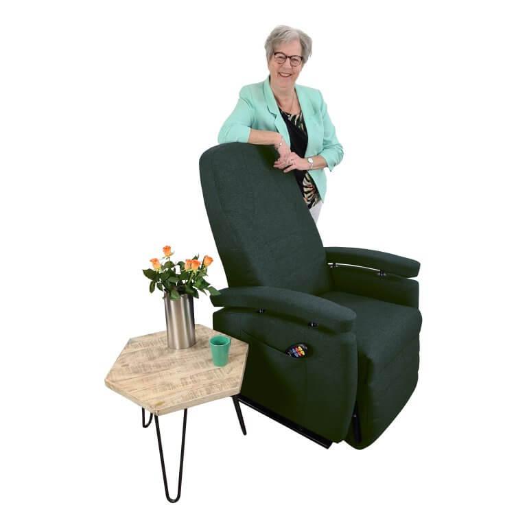 Marja staand achter stoel groen