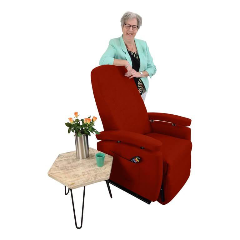 Marja staand achter stoel rood